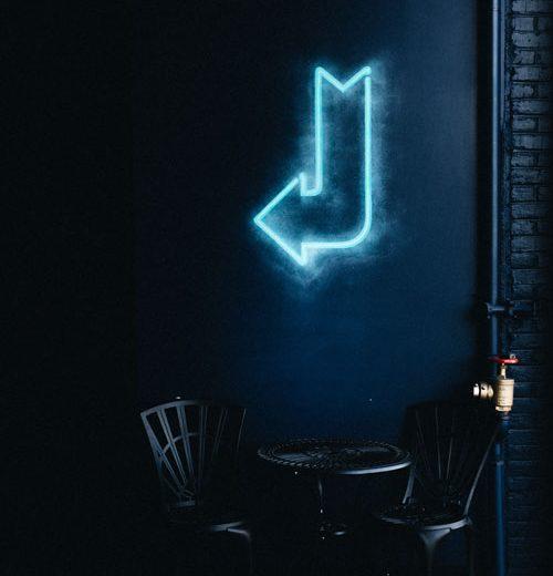 Neoninė rodyklė virš stalo