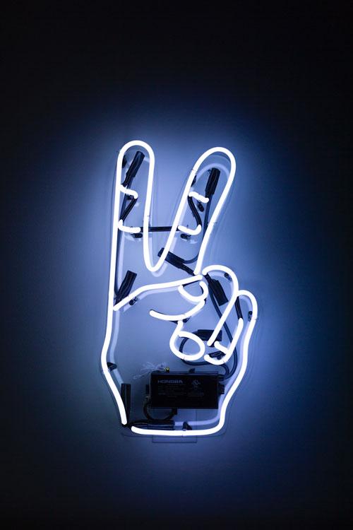 laimėjimo ženklas iš rankos