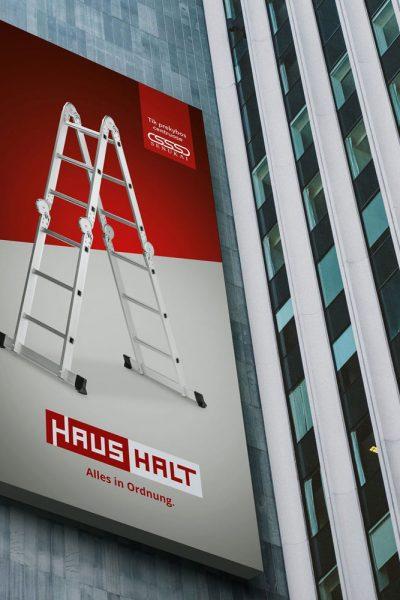Haushalt kopėčių įvaizdinis stendas ant namo sienos